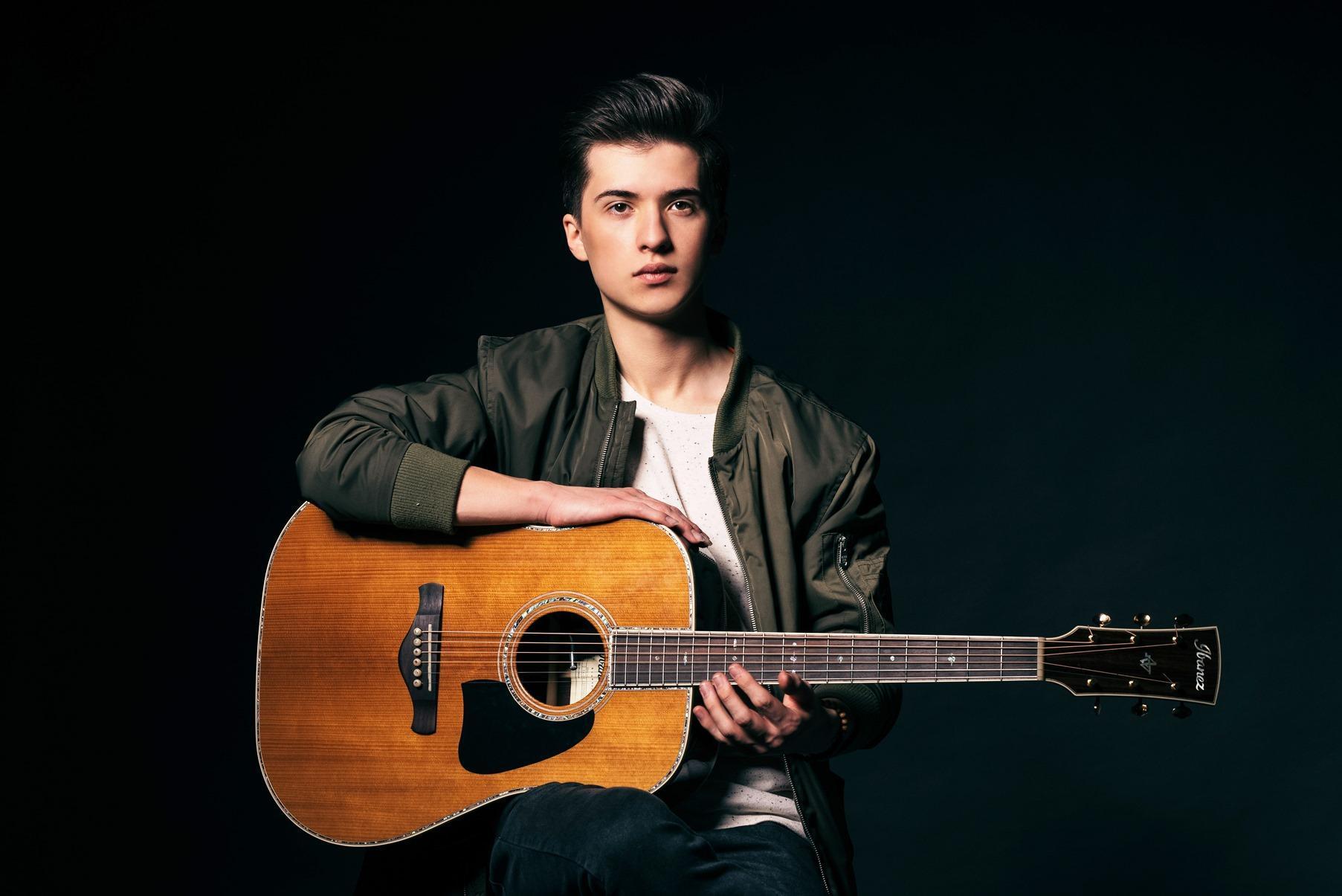 Marcin Patrzalek e la chitarra